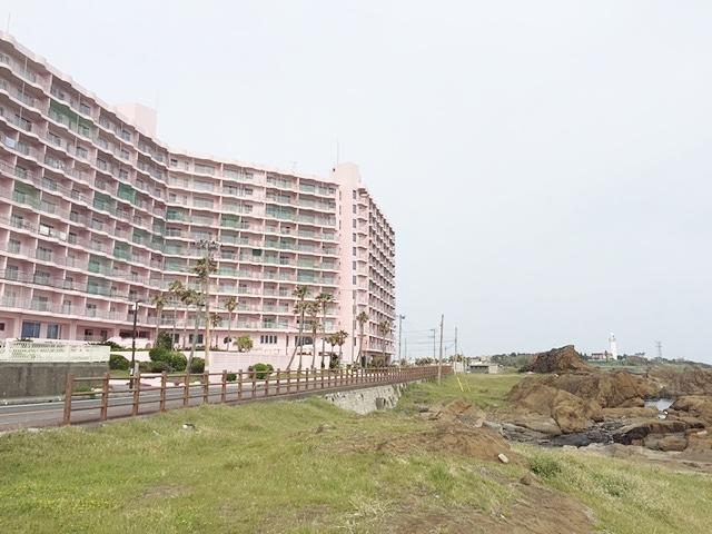 ピンクマンションと灯台.JPG